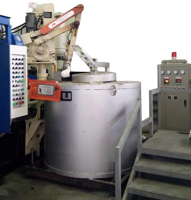 На фотографии показана электрическая печь, работающая с манипулятором-заливщиком в составе автоматизированного комплекса литья под давлением MS300.