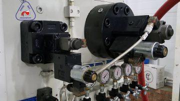 На фотографии показаны сервоклапаны установленные на узел прессования машины литья под давлением MS900, с усилием запирания 900 тонн.