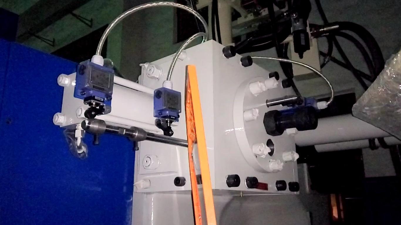 Гидравлический механизм запирания хвостовика съемной колонны на неподвижной плите