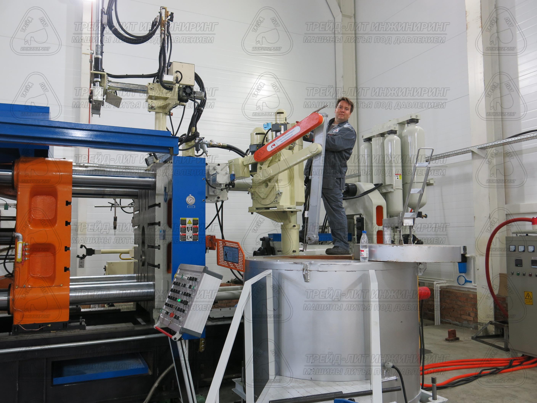Манипулятор-заливщик, работающий в составе автоматизированного комплекса литья под давлением MS900, вес заливаемого алюминия 15 килограмм. Фотография сделана в 2017 году.