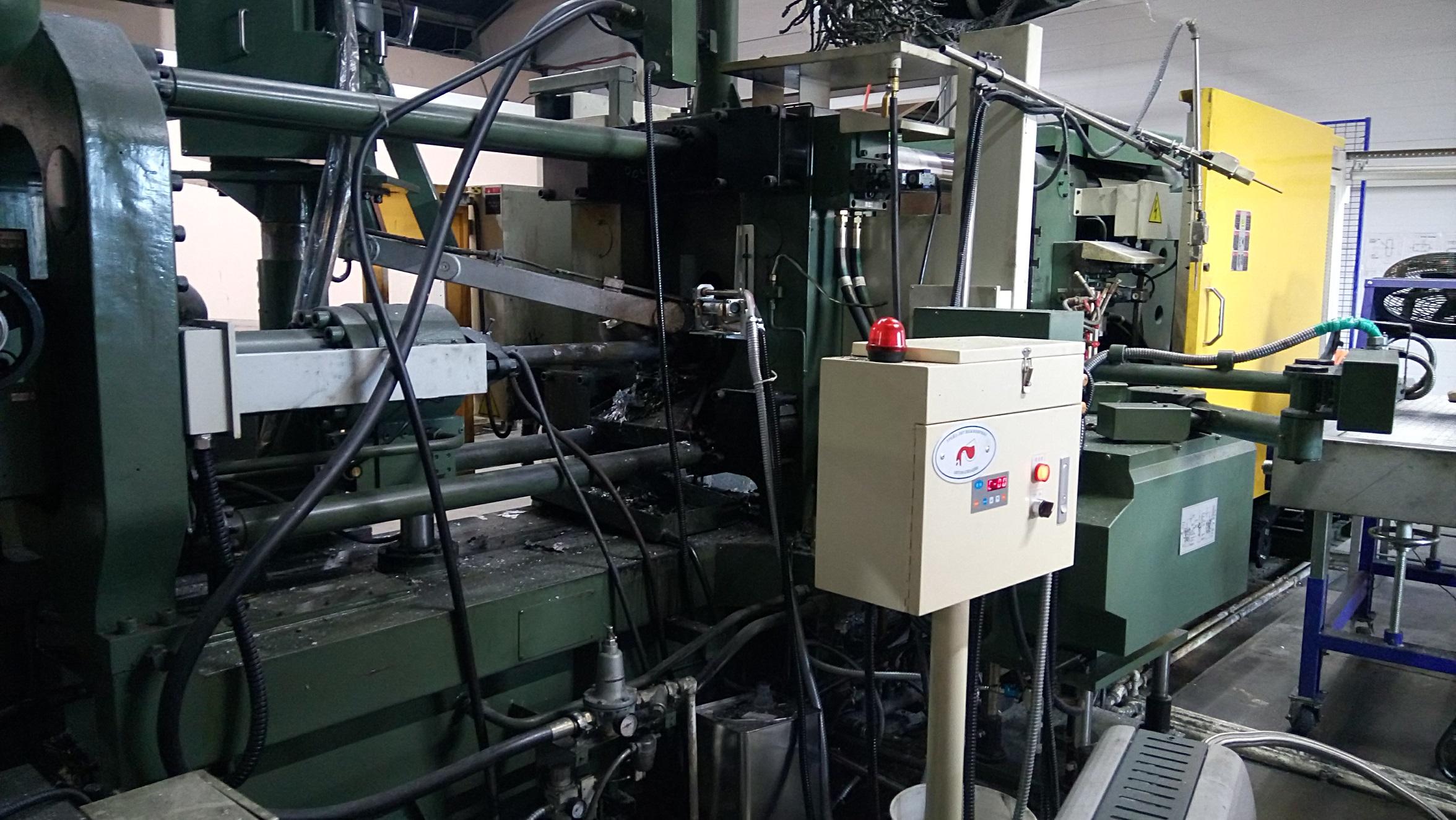 Автоматическое устройство гранулированной смазки поршня установленное на машине литья под давлением серии DC, установленное на отдельной стойке.