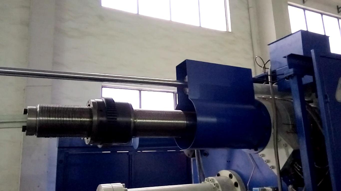 Вид со стороны базовой плиты, на правой верхней колонне установлен кронштейн привода съема колонны, колонна вынута, над колонной виден шток гидравлического цилиндра съема колонны