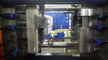 Манипулятор-съемщик снимает отливку весом 15 кг