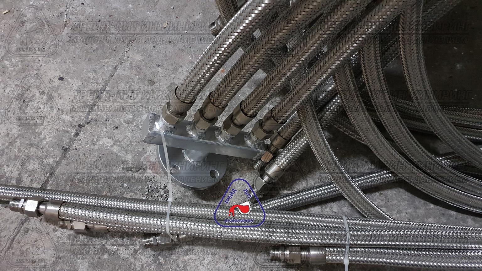 Коллекторы присоединительного узла с присоединенными металлическими рукавами. Фотография сделана при распаковке термостата перед установкой коллекторов на задвижки