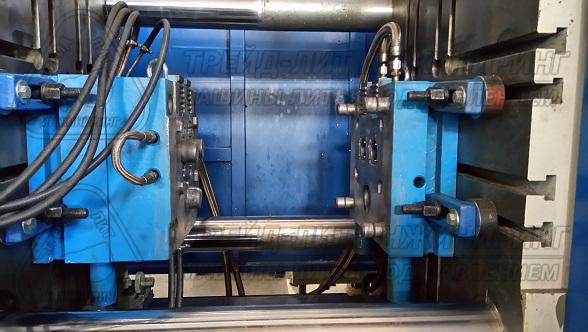 Пресс-форма подключена металлическими рукавами к термостату. Пресс-форма установлена на машину MS300 2016 года выпуска. Фотография сделана в 2017 году