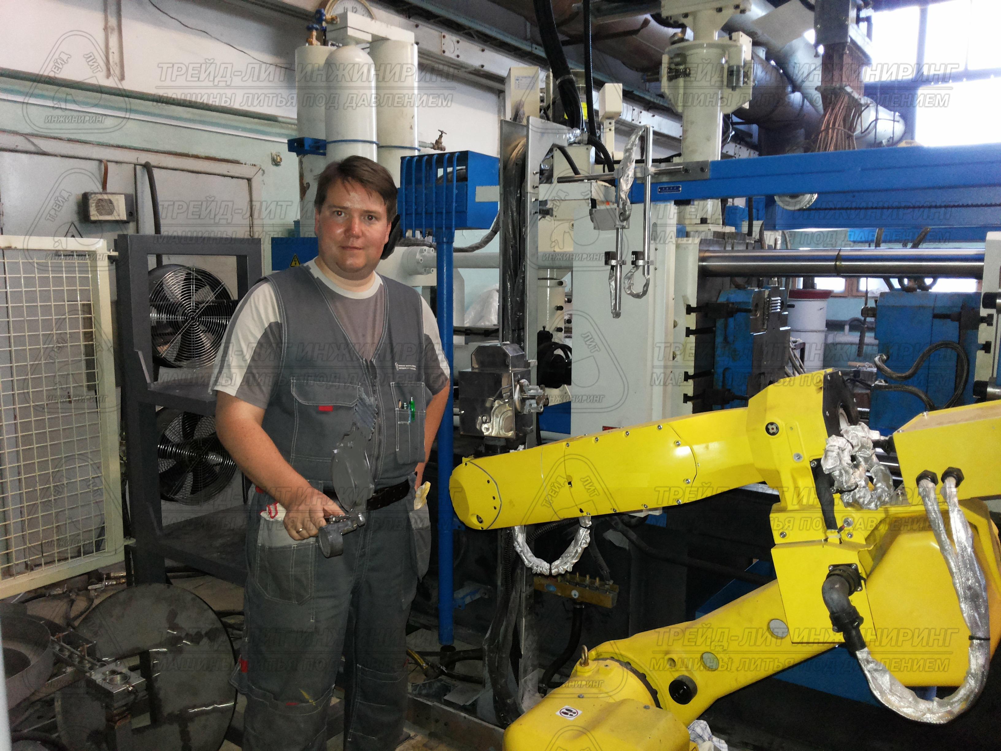 Робот-съемщик, работающий с машиной литья под давлением