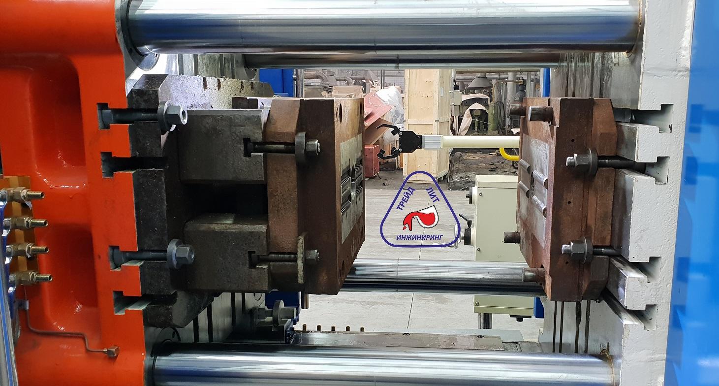 Cтарая пресс-форма с постаментом на машине литья под давлением MS160