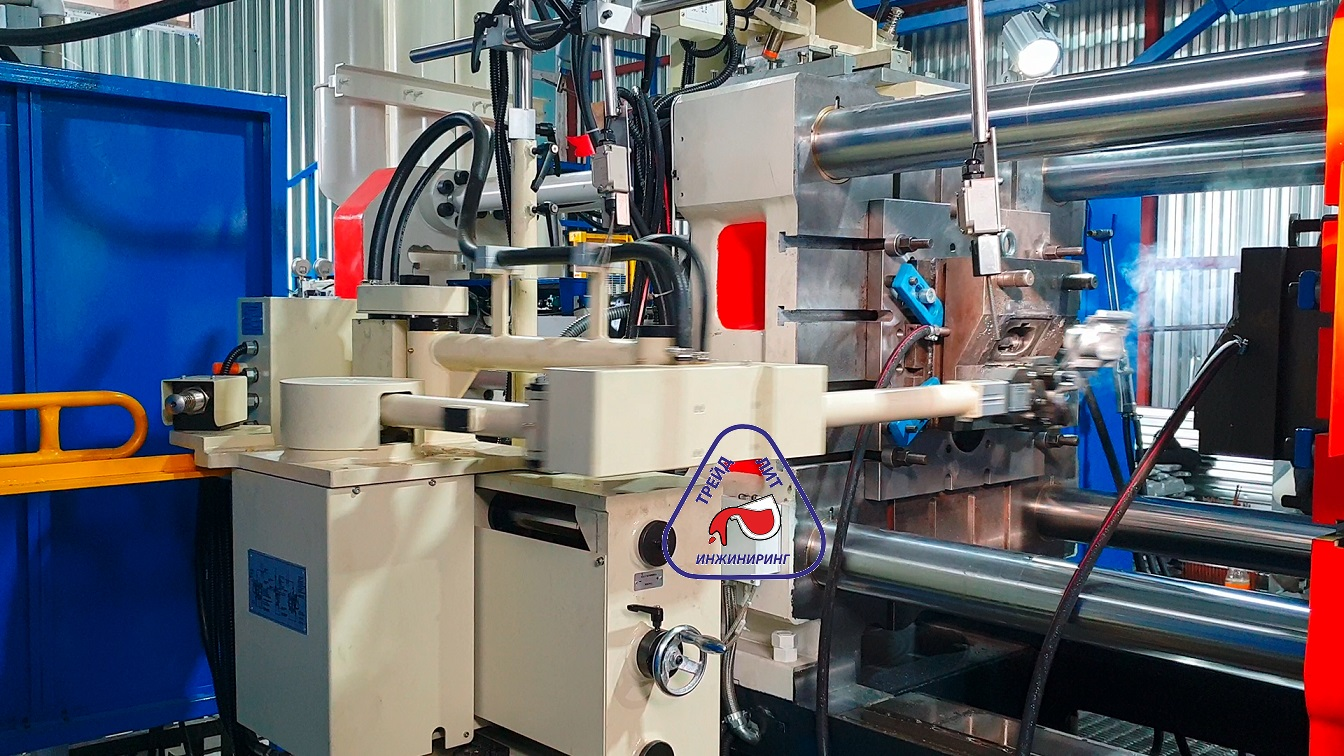 Cтарая пресс-форма с постаментом на машине литья под давлением MS450